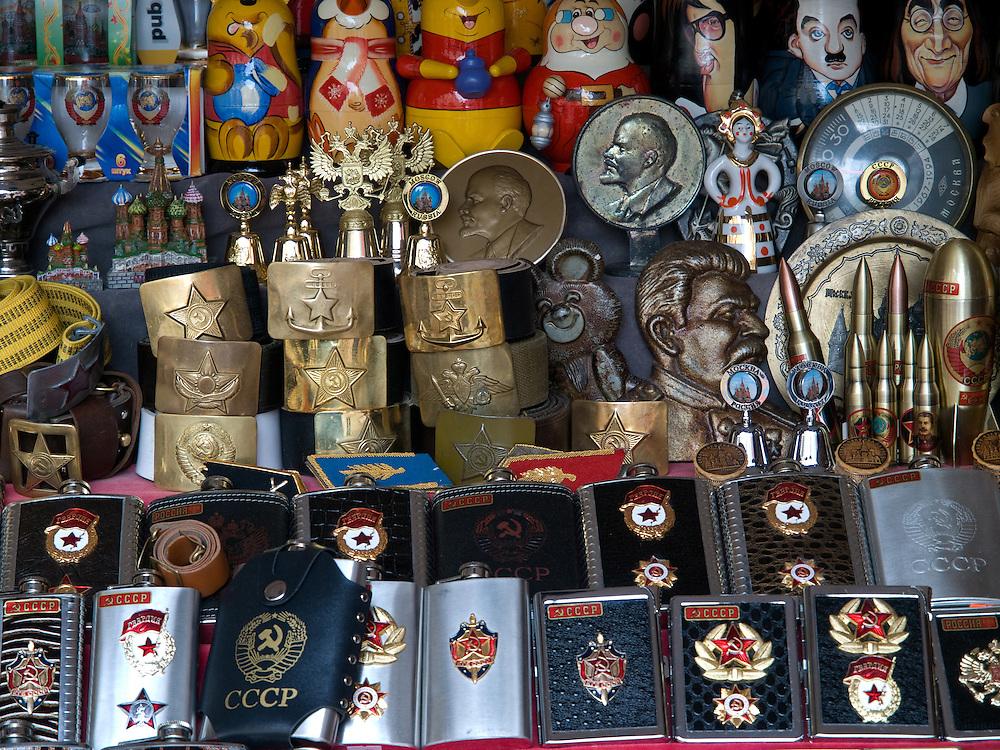 Der Arbat ist eine etwa einen Kilometer lange Stra&szlig;e im historischen Zentrum von Moskau. Zusammen mit den umliegenden Vierteln bildet sie den gleichnamigen Stadtteil. Der Arbat besteht nachweislich seit dem 15. Jahrhundert und geh&ouml;rt damit zu den &auml;ltesten bis heute erhaltenen Stra&szlig;en der russischen Hauptstadt.<br /> <br /> The Old Arbat is a picturesque pedestrian street in Moscow, running west from Arbat Square (which is part of the Boulevard Ring) towards Smolenskaya Square (which is part of the Garden Ring). The Old Arbat has the reputation of being Moscow's most touristy street, with lots of entertainment and souvenirs sold.