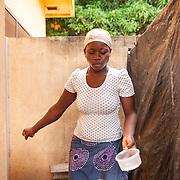 LÉGENDE: Edem fait des petites taches ménagères. LIEU: CERFER, Lomé, Togo. PERSONNE(S): Alema Edem Djagbo (au centre).