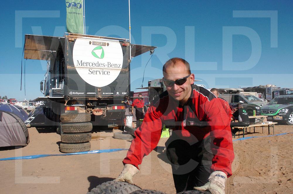 Rally Lissabon-Dakar 2006:..Bivak werk..Reifen zu Euromasters..fotografie frank uijlenbroek©2006 frank uijlenbroek..