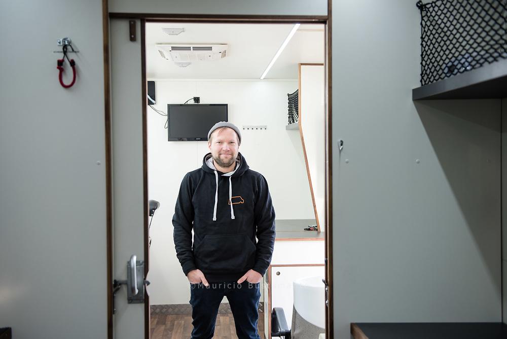 Moritz Kromer lebte früher im Bauwagen neben Kühen, heute besitzt er seine eigene<br /> Firma und baut Fahrzeuge für die Film- und Fernsehbranche aus.