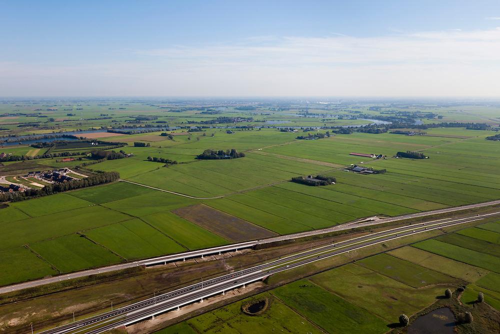 Nederland, Overijssel, Kampen, 03-10-2010; Polder Kamperveen gezien naar de IJssel, de nieuwe A50 en de Hanzelijn, met bruggen,  in de voorgrond. In het kader van het programma Ruimte voor de Rivier zijn er plannen om door de polders een nieuwe rivierloop aan te leggen: de Bypass Kampen. De nieuwe waterweg begint bij de IJssel (ongeveer in het midden) en loopt via de bruggen naar het Drontermeer..Polder Polder Kamperveen, seen to river IJssel. There are plans to make a new river course through the polders, the Bypass Kampen (part of the project 'Space for the River'). Start of the new waterway, the inflow, at the river (in the middle) and via the bridges to the lake Drontermeer..luchtfoto (toeslag), aerial photo (additional fee required).foto/photo Siebe Swart