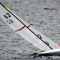 CLASSE 10R ...<br /> Ces voiliers, pilot&eacute;s &agrave; distance, sont les plus petits bateaux de la FFVoile qui utilisent les RCV : R&egrave;gles de Course &agrave; la Voile.<br /> Monocoques (Classe 1 m&egrave;tre &ndash; Classe M &ndash; Classe 10r) et multicoques (2m et Mini 40) sont soumis &agrave; ces r&egrave;gles, avec quelques am&eacute;nagements dus &agrave; l&rsquo;absence d&rsquo;&eacute;quipage embarqu&eacute; et &agrave; la v&eacute;locit&eacute; des bateaux.<br /> L&rsquo;arbitrage des r&eacute;gates (qui durent environ 15 minutes) se fait &agrave; terre, tout comme les proc&eacute;dures de d&eacute;part.<br /> La pratique est reconnue &agrave; l&rsquo;ISAF et de fait, Championnats du Monde, d&rsquo;Europe et de France ont leur place au calendrier. Chaque ann&eacute;e plus de 200 &eacute;preuves sont inscrites au calendrier f&eacute;d&eacute;ral. Deux championnats de France ont lieu tous les ans : ceux des Classe 1 m&egrave;tre et des Classe M.