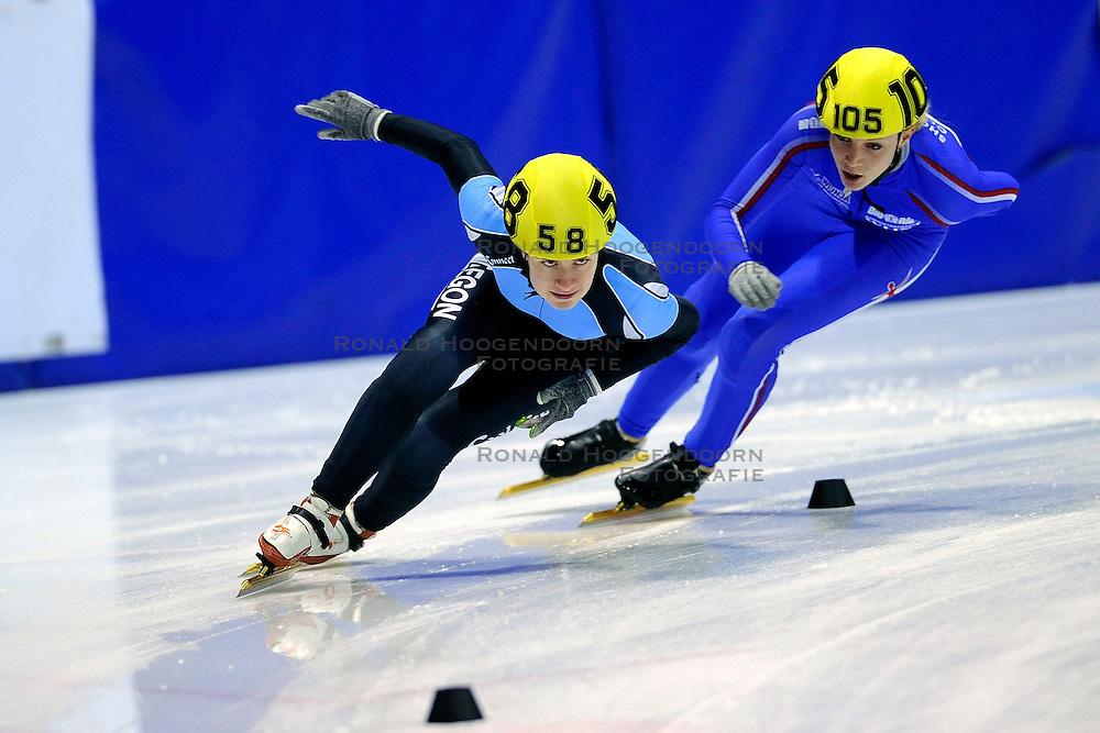 22-03-2009 SHORTTRACK: NK SHORTTRACK: ZOETERMEER<br /> Yara van Kerkhof 58 en Hilda Wijnja 105<br /> &copy;2009-WWW.FOTOHOOGENDOORN.NL