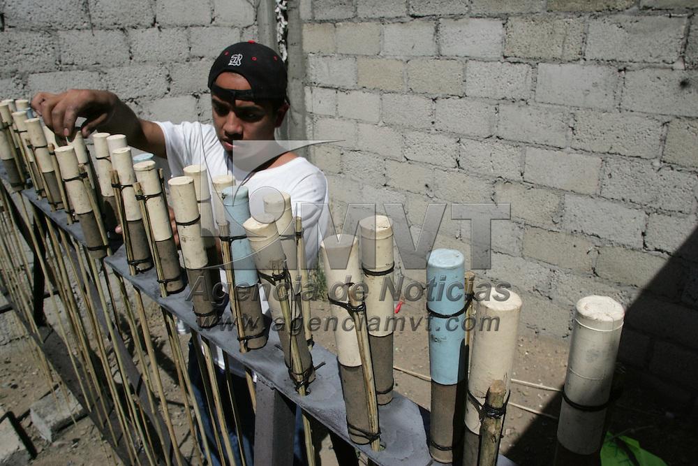Toluca, Mex.- Feligreses de San Buenaventura, prenden cohetones durante las festividades del pueblo. Agencia MVT / Javier Rodriguez. (DIGITAL)<br /> <br /> <br /> <br /> <br /> <br /> <br /> <br /> NO ARCHIVAR - NO ARCHIVE