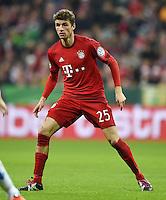 Fussball  DFB Pokal  Achtelfinale  2015/2016  15.12.2015 FC Bayern Muenchen - SV Darmstadt 98 Thomas Mueller (FC Bayern Muenchen) traegt  abgeschnittene Stutzen als Knieschoner gegen Schuerfwunden auf dem Hybridrasen in der Allianz Arena