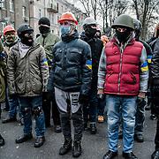 manifestation à Kiev, ukraine le dimanche 8 décembre 2013. Manifestants anti Ianoukovitch. mieux organisés en cas de répression policière, les premiers rangs de manifestants portaient casques et masques à gaz.