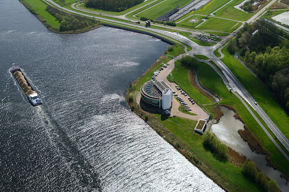 Nederland, Noord-Holland, Gemeente Velsen, 09-04-2014; Noordzeekanaal met binnenvaartschip, op de oever het gebouw 'de Wijde Blik' van Rijkswaterstaat. Vanuit dit gebouw wordt de nabijgelegen WIjkertunnel bewaakt en gecontroleerd, evenals de Coentunnel, de Schipholtunnel, de Velsertunnel en de Zeeburgertunnel en alle belangrijke rijkswegen in Noord-Holland. <br /> Traffic control centre for main motorways Amsterdam region, including major tunnels.<br /> luchtfoto (toeslag op standard tarieven);<br /> aerial photo (additional fee required);<br /> copyright foto/photo Siebe Swart