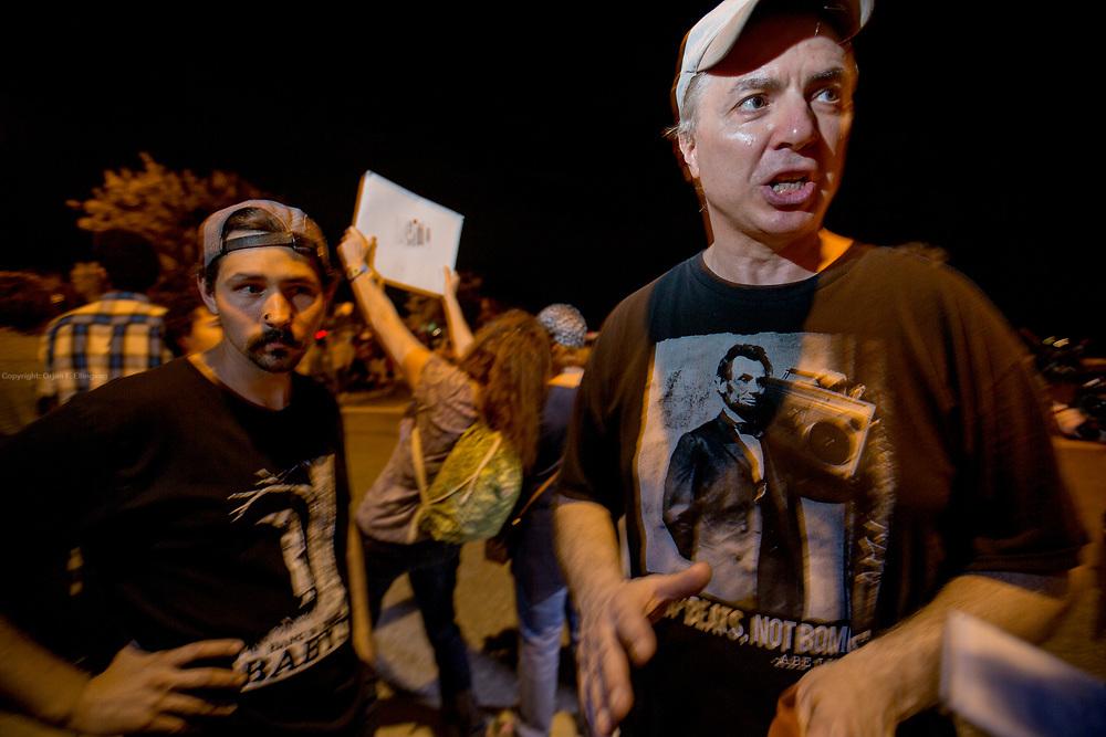Paul Deion protesterer mot Trump utenfor valgkamparrangementet. Den republikanske presidentkandidaten Donald Trumps valgkampmøte i Boca Raton.