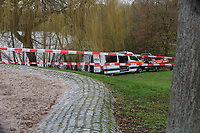 Mannheim. 28.01.18   <br /> Vogelstang. Unterer Vogelstangsee. Im n&ouml;rdlichen Uferbereich des Sees ist eine Leiche gefunden worden. Die Kriminalpolizei und Einsatzkr&auml;fte der DLRG bergen den Leichnam und decken diesen mit Folie ab.<br /> Eine Leiche ist am Sonntag am Mannheimer Vogelstangsee gefunden worden. Das hat die Polizei auf Anfrage best&auml;tigt. Einsatzkr&auml;fte sind zurzeit vor Ort<br /> Bild: Markus Prosswitz 28JAN18 / masterpress (Bild ist honorarpflichtig - No Model Release!) <br /> BILD- ID 06961  