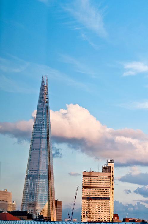 UK,United Kingdom, GB,GBR, Great Britain, Grossbritannien, England,London, Vereinigtes K&ouml;nigreich, Kulisse des Renzo Piano Baus : The Shard, auch Shard London Bridge (vormals London Bridge Tower, auch Shard of Glass; von englisch shard: Scherbe, Splitter), ist ein Wolkenkratzer in Londons Stadtteil Southwark, der mit 310 Meter von Juli bis Oktober 2012 das h&ouml;chste Geb&auml;ude Europas war und derzeit (Dezember 2013) das h&ouml;chste Geb&auml;ude der EU ist. Die Einweihung war am 1. Februar 2013. Die endg&uuml;ltige Bauh&ouml;he von 310 Metern wurde am 30. M&auml;rz 2012 durch Aufsetzen einer st&auml;hlernen Spitze als letztes Bauelement erreicht.<br />  |  englisch   |