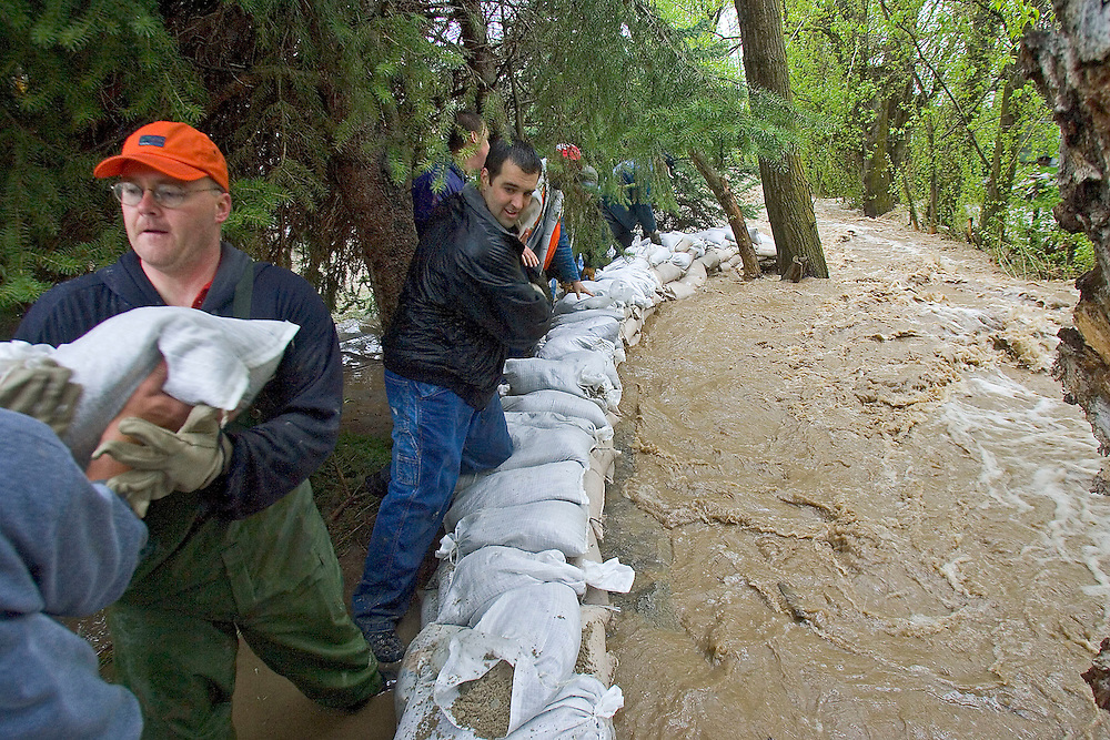 Dale Wiscomb, left in orange hat and other volunteers help  transport sandbags to help stop flooding in Brigham City, Utah Thursday  April 28 2005. August Miller/ Deseret Morning News DIGITAL PHOTOGRAPH