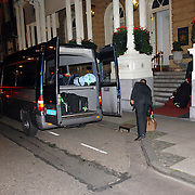 NLD/Amsterdam/20070611 - Aankomst van Antonio Banderas in Amsterdam voor de premiere van Shrek 3, bagage word uitgeladen --  Arrival of Antonio banderas in Amsterdam for the premiere of Shrek 3, luggage