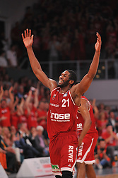 21.06.2015, Brose Arena, Bamberg, GER, Beko Basketball BL, Brose Baskets Bamberg vs FC Bayern Muenchen, Playoffs, Finale, 5. Spiel, im Bild Trevor Mbakwe (Brose Baskets Bamberg) feuert das Publikum nach dem entscheidenden Freiwurftreffer in den letzten Sekunden des Spiels an. // during the Beko Basketball Bundes league Playoffs, final round, 5th match between Brose Baskets Bamberg and FC Bayern Muenchen at the Brose Arena in Bamberg, Germany on 2015/06/21. EXPA Pictures &copy; 2015, PhotoCredit: EXPA/ Eibner-Pressefoto/ Merz<br /> <br /> *****ATTENTION - OUT of GER*****