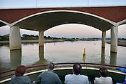 Nederland, Nijmegen, 11-9-2014 Aan de overkant van de Waal bij Lent wordt druk gewerkt aan het creeren van een nevengeul in de rivier om bij hoogwater een betere waterafvoer te hebben. Het is een omvangrijk project waarbij onder meer de pijlers van het spoorviaduct een bredere basis moeten krijgen omdat die straks in de loop van het water staan. Ook de n325 die vanaf de Waalbrug naar Arnhem loopt moet over 400 meter opnieuw worden aangelegd omdat het talud vervangen wordt door pijlers. De weg wordt via een bypass omgeleid. Het dorp veurlent komt op een kunstmatig eiland te liggen. Inmiddels begint de nieuwe kade aan de noordkant van deze geul vorm te krijgen. Ruimte voor de rivier, water, waal. In de nieuwe dijk wordt een drempel gebouwd die stapsgewijs water doorlaat en bij hoogwater overloopt. Measures taken by Nijmegen to give the river Waal, Rhine, more space to flow during highwater and to prevent the risk of flooding. Room for the river. Reducing the level, waterlevel. Op een boot kan via de toegang bij de nieuwe stadsbrug de Oversteek een stukje de geul, kreek, ingevaren worden.Foto: Flip Franssen/Hollandse Hoogte