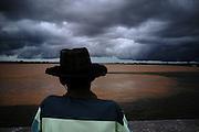 Ribeirinho observando o encontro do Rio São Francisco com o Rio Grande em Barra, Bahia..Riverine observing Rio San Francisco encounter with Big Rio in Barra, Bahia.