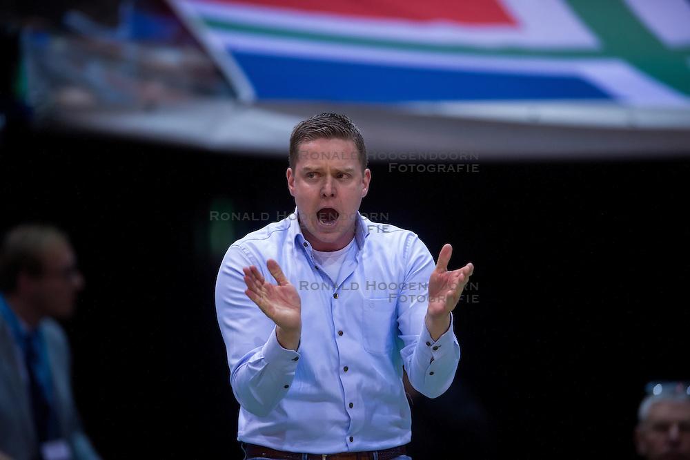 17-04-2016 NED: Play off finale Abiant Lycurgus - Seesing Personeel Orion, Groningen<br /> Abiant Lycurgus is door het oog van de naald gekropen tijdens het eerste finaleduel om het landskampioenschap. De Groningers keken in een volgepakt MartiniPlaza tegen een 0-2 achterstand aan tegen Seesing Personeel Orion, maar mede dankzij invaller Gino Naarden kwam Lycurgus langszij en pakte het de wedstrijd met 3-2 / Coach Arjan Taaij