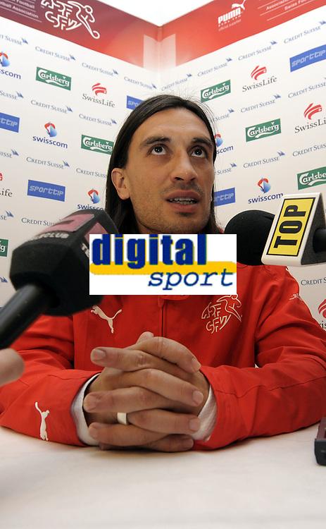 Hakan Yakin bei der Pressekonferenz. © Valeriano Di Domenico/EQ Images