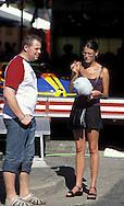 BEL, Belgium, Eastbelgium, Eupen, couple at the kermis in the city, candyfloss.....BEL, Belgien, Ostbelgien, Eupen, Paar auf der Kirmes in der Innenstadt, Zuckerwatte....... ..