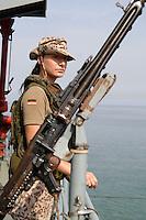 """25 SEP 2006, GOLF VON TADJURA/DJIBOUTI:<br /> Soldatin der Spezialisierten Einsatzkraefte Marine beobachtet die Kueste bei Ausfahrt der Fregatte """"Schleswig-Holstein"""" aus dem Hafen von Djibouti. Die Fregatte ist als Flaggschiff Teil des deutschen Marinekontingents der OPERATION ENDURING FREEDOM und operiert im Seegebiet am Horn von Afrika<br /> IMAGE: 20060925-01-021<br /> KEYWORDS: Dschibuti, Bundeswehr, Marine, Soldat, Soldaten, weiblich, Frau, Maschienengewehr, Afrika, Africa"""