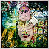 Los Cochinitos son emblema de la navidad venezolana. Aunque no son incluidos en el renglon que agrupa las tradiciones populares, las alcancias aparecen con la llegada de la Navidad en quioscos, panaderias, mercados, centros comerciales o en puestos de buhoneros y bodeguitas. Caracas, 04 Dic. 2012 (Foto/ivan gonzalez)