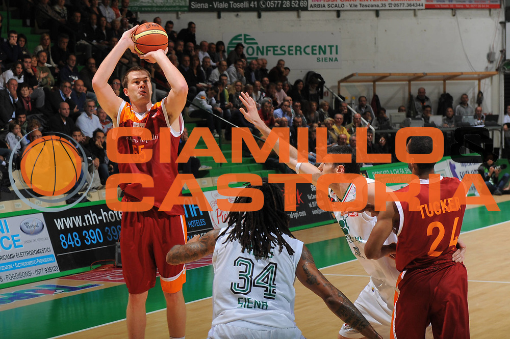 DESCRIZIONE : Siena Lega A 2011-12 Bancatercas Teramo Montepaschi Siena<br /> GIOCATORE : Uros Slokar<br /> CATEGORIA : tiro<br /> SQUADRA : Virtus Roma<br /> EVENTO : Campionato Lega A 2011-2012<br /> GARA : Montepaschi Siena Virtus Roma<br /> DATA : 05/11/2011<br /> SPORT : Pallacanestro<br /> AUTORE : Agenzia Ciamillo-Castoria/GiulioCiamillo<br /> Galleria : Lega Basket A 2011-2012<br /> Fotonotizia : Siena Lega A 2011-12 Montepaschi Siena Virtus Roma<br /> Predefinita :