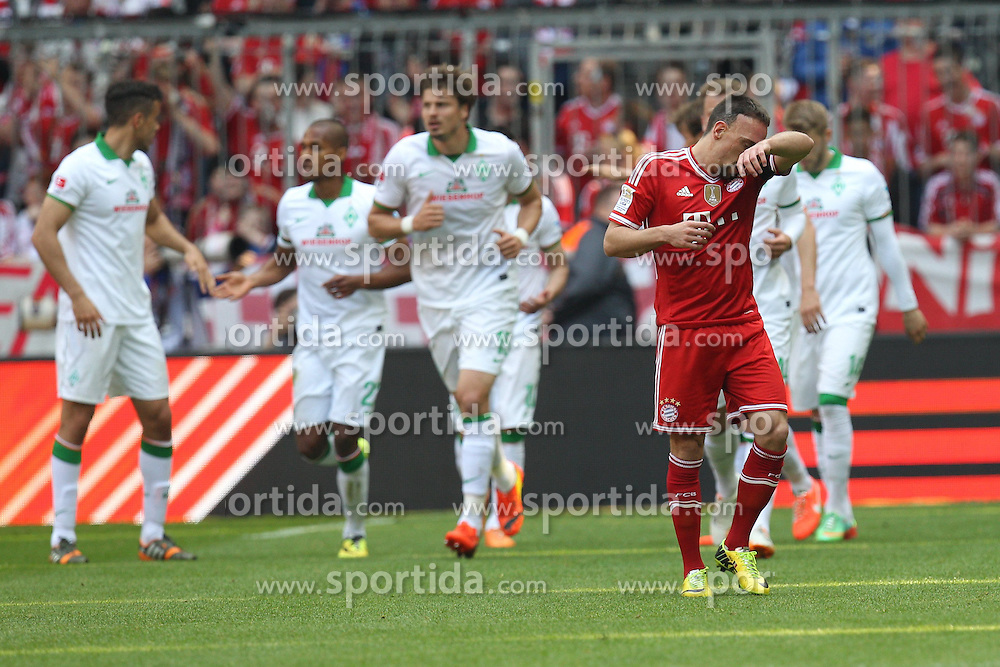 26.04.2014, Allianz Arena, Muenchen, GER, 1. FBL, FC Bayern Muenchen vs SV Werder Bremen, 32. Runde, im Bild Im Hintergrund die Mannschaft freut sich ueber das Tor von Theodor Gebre Selassie #23 (SV Werder Bremen), vorne ein fustrierter Franck Ribery #7 (FC Bayern Muenchen) // during the German Bundesliga 32th round match between FC Bayern Munich and SV Werder Bremen at the Allianz Arena in Muenchen, Germany on 2014/04/26. EXPA Pictures &copy; 2014, PhotoCredit: EXPA/ Eibner-Pressefoto/ Kolbert<br /> <br /> *****ATTENTION - OUT of GER*****