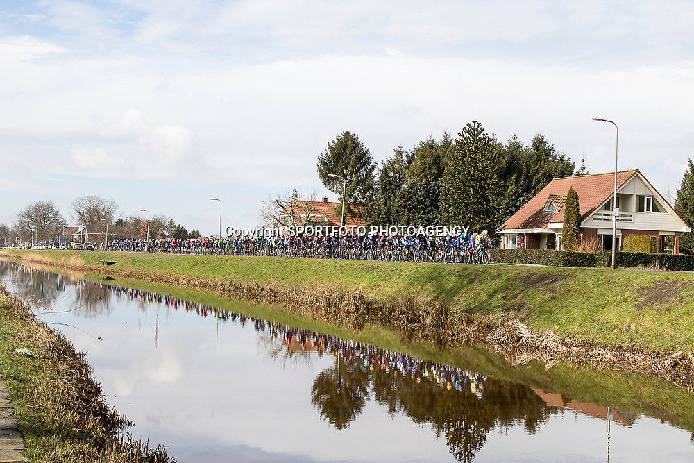 05-03-2016: Wielrennen: Ster van Zwolle: Zwolle<br />ZWOLLE (NED) wielrennen:  <br />De Ster van Zwolle is traditionele opening van het Nederlandse wielerseizoen. De 56e editie van de Ster kende mede door een gebrek aan wind. peloton in gestrekte draf langs het Overijssels kanaal bij Lemelerveld