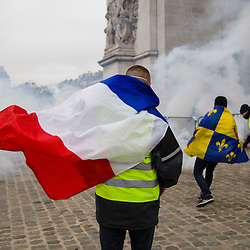 Maintien de l'ordre en journée dans le quartier de l'Etoile dans le cadre des échauffourées liés à l'acte 3 des manifestations de gilets jaunes le 1er décembre 2018. Policiers de Compagnies de Sécurité et d'Intervention (CSI) et anonymes gilets jaunes tentant de préserver la tombe du soldat inconnu. Manifestants installant des barricades dans Paris et interventions de Compagnies Républicaines de Sécurité (CRS), de canons à eau de la Police et de Gendarmes mobiles pour rétablir l'ordre.