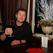 Heropening het Damhotel Edam, Jan Keizer met glas wijn