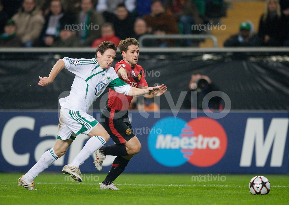 Fussball Uefa Champions League VFL Wolfsburg - Manchester United FC Sascha RIETHER (Wolfsburg) gegen Michael OWEN (Manchester).