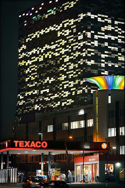 Nederland, Nijmegen, 19-12-2008Het gebouw FiftyTwoDegrees, 52 degrees, van NXP. In het gebouw,ontworpen door Mecano architecten, zijn kennisbedrijven uit de regio gehuisvest die samenwerken met NXP. Het electronica bedrijf maakt halfgeleiders, chips, en software voor mobiele communicatie,consumenten electronica en veiligheids toepassingen. Het bedrijf heeft te leiden onder de kredietcrisis en de recessie die daarop volgt, en gaat drastisch reorganiseren waarbij 1300 ontslagen vallen. Op de voorgrond een Texaco bezinestation waar iemand staat te tanken. NXP Building in the Netherlands, NXP Semiconductors supplies semiconductors and software for mobile communications, consumer electronics and security applications.Foto: Flip Franssen/Hollandse Hoogte