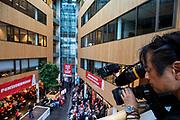 Een freelance cameraman van de NOS maakt opnames. In Utrecht zijn zo'n duizend FNV-leden bij het vakbondshuis gekomen om als actieberaad te praten over de eerder besproken hoofdlijnen van het actieplan vast te stellen. De vakbond komt in actie na het mislukken van het pensioenakkoord waarvoor de vakbond de schuld heeft gekregen.<br /> <br /> In Utrecht around thousand members of the trade union FNV gather to discuss the actions the trade union has to take after the collapse of an agreement on the pensions with the government.
