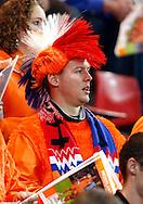 17-10-2007: Voetbal: Nederland-Slovenie: Eindhoven<br /> Een oranje fan met rood-wit-blauwe hanekam<br /> Foto: Geert van Erven