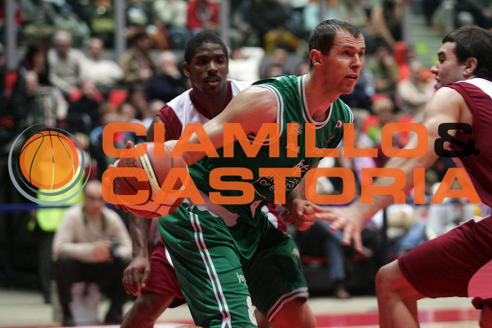 DESCRIZIONE : Livorno Lega A1 2005-06 Basket Livorno-Benetton Treviso<br /> GIOCATORE : Siskauskas<br /> SQUADRA : Benetton Treviso<br /> EVENTO : Campionato Lega A1 2005-2006<br /> GARA : Basket Livorno Benetton Treviso<br /> DATA : 08/01/2006 <br /> CATEGORIA : Palleggio <br /> SPORT : Pallacanestro <br /> AUTORE : Agenzia Ciamillo-Castoria/E.Castoria