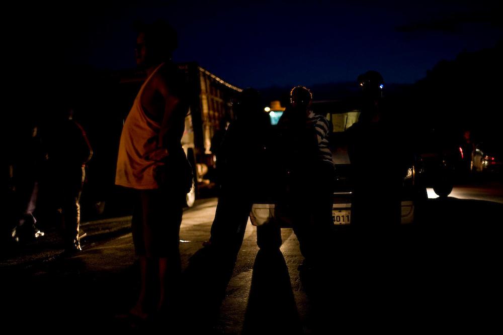 Itapecuru-Mirim, 30 de Maio de 2008...Moradores da comunidade de Santa Rosa, municipio de Itapecuru-Mirim (MA) abrem uma vala na BR 135 KM 89, unico acesso a capital Sao Luis, em protesto contra o atropelamento, momentos antes, da garota Cluadiane Cabral Sales (10 anos). Ela foi atropelada as 16:00 ao sair da escola, e o motorista fugiu sem prestar socorro...Na foto, motoristas aguardam a liberacao do transito..Leo Drumond / Agencia Nitro