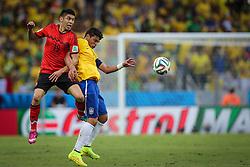 Hulk disputa lance na partida entre Brasil x México, válida pela segunda rodada do grupo A da Copa do Mundo 2014, no estádio Castelão em Fortaleza, Ceará. FOTO: Jefferson Bernardes/ Agência Preview