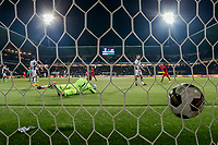 ALMELO - 14-04-2017, Heracles  Almelo - AZ, AFAS Stadion, 1-2, AZ speler Alireza Jahanbakhsh scoort buitenbeeld de 0-2, doelpunt, Heracles Almelo keeper Bram Castro