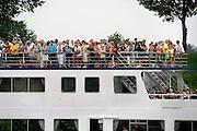 Nederland, Doornenburgl, 9-6-2007..Passagiers van een rondvaartboot op het pannerdens kanaal kijken naar een bezienswaardigheid op de wal...Foto: Flip Franssen/Hollandse Hoogte