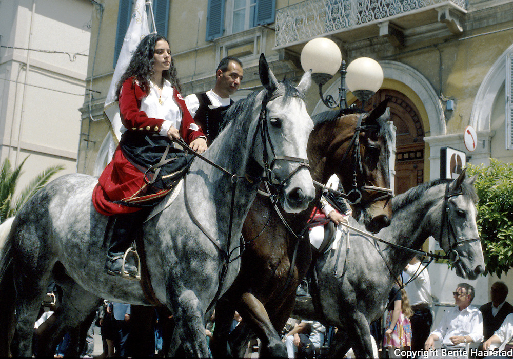 In Sardinia there are more than 200 festivals and events during the year, but only 3 offer the opportunit&agrave; to see united, un the same place, all the traditional customs of the isle: Sant'Efisio at Cagliari, the Redentore at Nuoro and the Cavalcata Sarda at Sassari.<br /> The Cavalcata, that is different from the other two celebration because it's not a religious celebration, it join varoius aspects of celebration: there isthe presentation of the customs then there is one component more sportive with skills by the riders (called &quot;pariglie&quot;), elements typically of folk-lore: songs and dances that lasts until late.