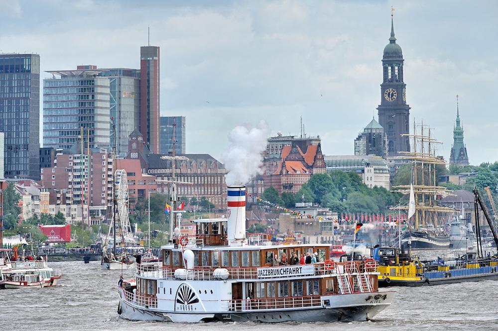 """Das Dampfschiff """"Freya"""" am Hafengeburtstag. Im Hintergrund sind die Türme der Kirche St. Michaelis und des Rathauses zu sehen."""