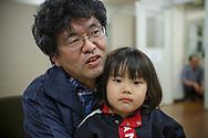 Pappa Yoshinobu Segawa och sonen Taiki. <br /> <br /> Familjen besöker Hinan Mama Net, är en stödgrupp för mammor som har evakuerat från Fukushima prefekturen till Tokyo. Gruppen startades av Rika Mashiko.