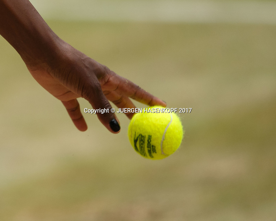 Hand von VENUS WILLIAMS (USA) mit Ball,Aufschlag,Nahaufnahme,Detail,<br /> <br /> Tennis - Wimbledon 2017 - Grand Slam ITF / ATP / WTA -  AELTC - London -  - Great Britain  - 13 July 2017.