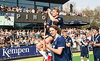 AMSTELVEEN -  Hockey Hoofdklasse heren Pinoke-Amsterdam (3-6).  een geëmotioneerde Dennis Warmerdam (Pinoke) , die  vanwege kanker en een tumor in zijn arm, zijn hockeycarrière moet beëindigen , op de schouders bij Pieter Sutorius en Matis Papa.,  na afloop van de wedstrijd tegen A'dam. COPYRIGHT KOEN SUYK