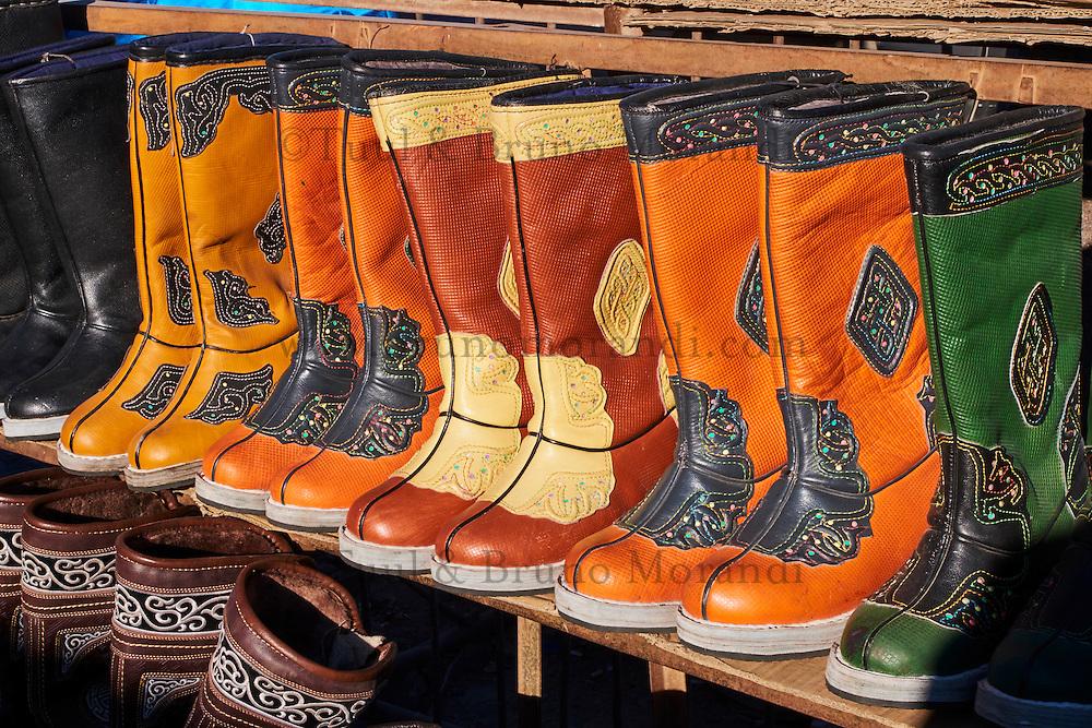 Mongolie, province de Bayan-Olgii, ville de Ulgii, marché, bottes traditionnelles // Mongolia, Bayan-Olgii province, Ulgii city, market, traditionnal shoes in leather
