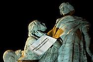 Roma 7 Febbraio 2011.Le statue di Roma tornano a parlare,  durante la notte  sono stati appesi dei cartelli sulle staue che fanno riferimento alla situazione politica attuale. Statua di Ponte Vittorio