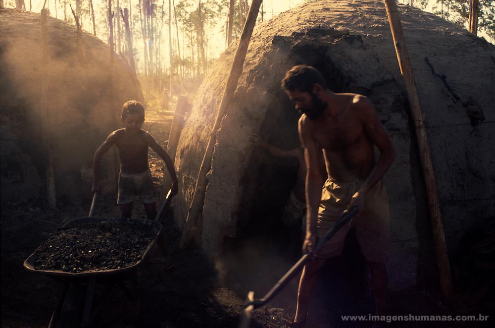 Trabalho infantil em carvoaria...Work infantile in coal pit...Trabalho infantil em carvoaria...Work infantile in coal pit.