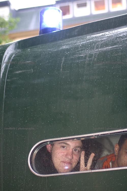 Ein verhafteter Demonstrant in Hamburg zeigt das Victory-Zeichen. Mehrere tausend Globalisierungsgegner demonstrierten in Hamburg gegen das EU-Asien-Außenministertreffen (ASEM). Beim ASEM-Treffen kamen die Minister aus 43 europäischen und asiatischen Ländern in der Hansestadt zusammen. Mehrere tausend Polizeibeamte riegelten die Hamburger Innenstadt rund um den Veranstaltungort ab.Nach dem Demonstration gegen das ASEM-Treffen kam es im Schanzenviertel zu Ausschreitungen mit der Polizei. Barrikaden wurden errichtet und Wasserwerfer gegen Demonstraten eingesetzt.  Serveral thousand globalisation opponents demonstrated against the Asia-Europe-Meeting (ASEM) in Hamburg, where 43 minister hold the conference. The police bolt the conference centre in the city of Hamburg in a wide corridor. After the Demonstration serveral hundret People built barricades on the streets. The police used water cannons to strike down the riots.