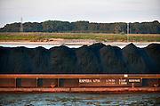 Nederland, Nijmegen, 11-9-2015 Een binnenvaartschip geladen met kolen, kolengruis, brandstof voor kolengestookte centrales en hoogovens in het Ruhrgebied, varend op de Waal. Foto: Flip Franssen/HH