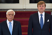 Officieel bezoek president Griekenland aan Nederland. Koning Willem-Alexander en Koningin M&aacute;xima de president en zijn echtgenote met een welkomstceremonie bij Paleis Noordeinde in Den Haag.<br /> <br /> President official visit to Greece Netherlands. King Willem-Alexander and Queen M&aacute;xima of the President and his wife with a welcome ceremony at Noordeinde Palace in The Hague.<br /> <br /> Op de foto / On the photo:  Koning Willem-Alexander en de president van de Helleense Republiek, Prokopis Pavlopoulos <br /> <br /> King Willem-Alexander and the President of the Hellenic Republic, Prokopis Pavlopoulos