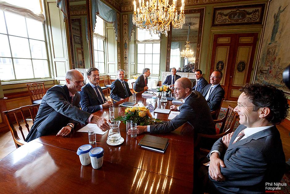 DEN HAAG - Informateurs Henk Kamp (3eR) en Wouter Bos (3eL) ontvangen VVD-leider Mark Rutte (L) en zijn medeonderhandelaar Stef Blok (2eL) en PvdA-leider Diederik Samsom (2eR) en PvdA-kamerlid Jeroen Dijsselbloem (R) voor onderhandelingen over de kabinetsformatie. ANP PHIL NIJHUIS
